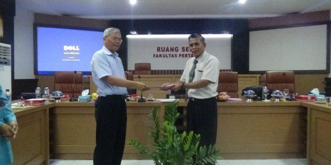 Tim Asesor BAN-PT Kemenristek Dikti menyerahkan Dokumen Borang yang telah di Periksa Kepada Dekan Fakultas Pertanian UNTAD