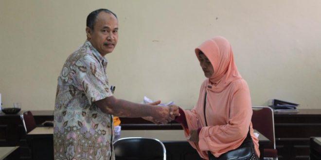 Faperta UNTAD serahkan Cendramata kepada Seorang Pegawai yang baru saja Pensiun